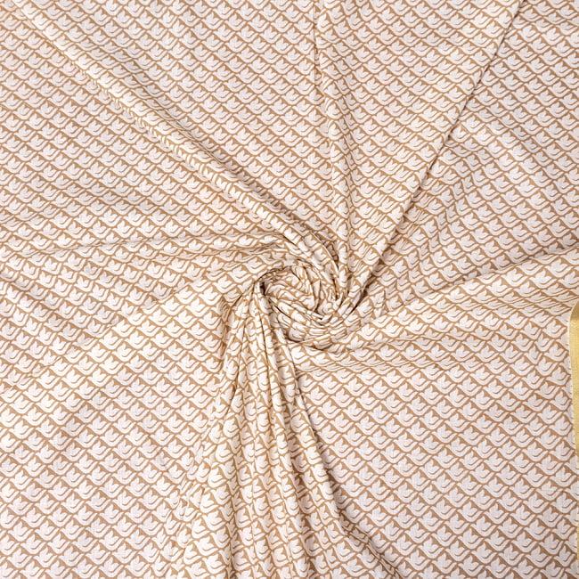 〔1m切り売り〕伝統息づく南インドから ゴールド装飾付き白い鳩模様布〔幅約106cm〕 - ホワイト×ライトブラウン系 5 - 生地の拡大写真です。とても良い風合いです。