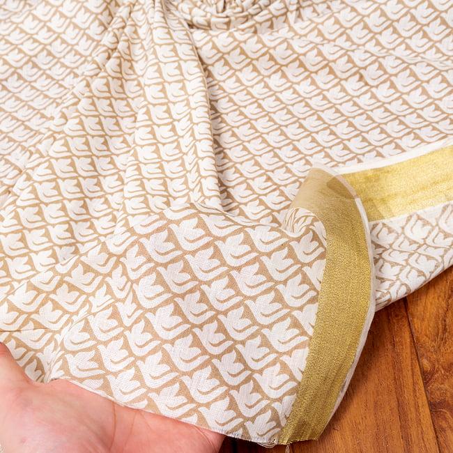 〔1m切り売り〕伝統息づく南インドから ゴールド装飾付き白い鳩模様布〔幅約106cm〕 - ホワイト×ライトブラウン系 6 - このような質感の生地になります