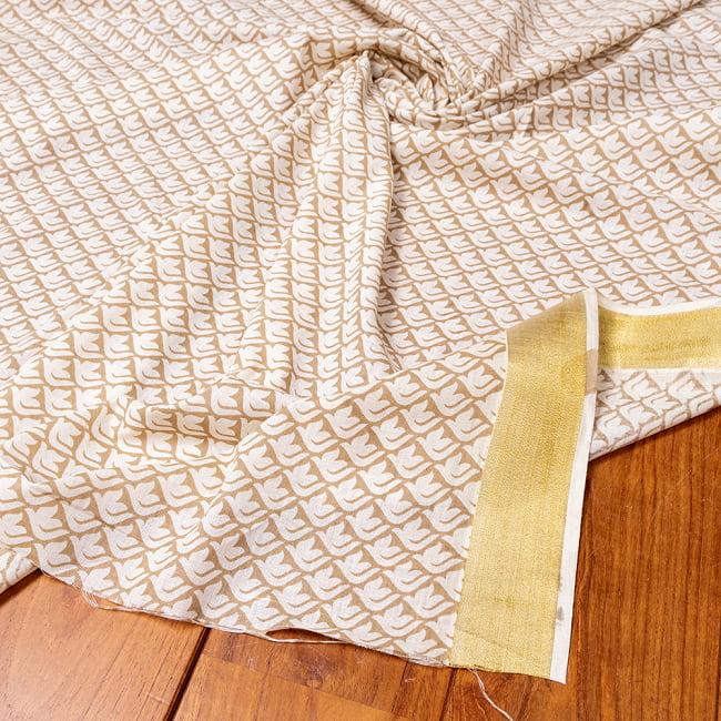 〔1m切り売り〕伝統息づく南インドから ゴールド装飾付き白い鳩模様布〔幅約106cm〕 - ホワイト×ライトブラウン系の写真