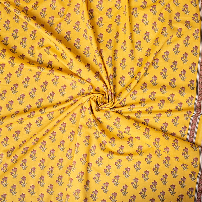 〔1m切り売り〕南インドの小花柄布〔約106cm〕 - イエロー 5 - 生地の拡大写真です。とても良い風合いです。