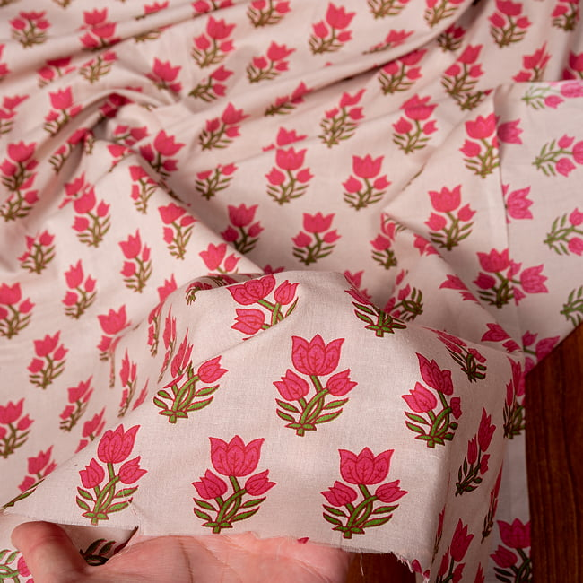 〔1m切り売り〕南インドの小花柄布〔約106cm〕 - ホワイトベージュ 6 - 生地を広げてみたところです。横幅もしっかりあります。注文個数に応じた長さにカットしてお送りいたします。