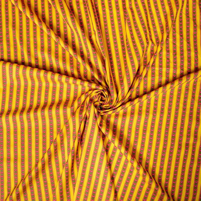 〔1m切り売り〕南インドのアローストライプ布〔約106cm〕 - イエロー 5 - 生地の拡大写真です。とても良い風合いです。
