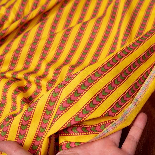 〔1m切り売り〕南インドのアローストライプ布〔約106cm〕 - イエロー 6 - 生地を広げてみたところです。横幅もしっかりあります。注文個数に応じた長さにカットしてお送りいたします。