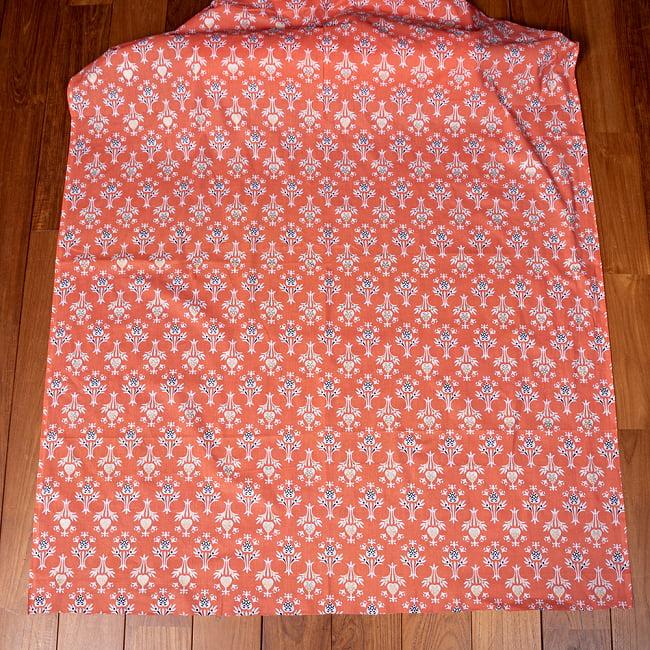 〔1m切り売り〕伝統息づく南インドから 昔ながらの更紗模様布〔約106cm〕 - サーモンオレンジ 2 - とても素敵な雰囲気です