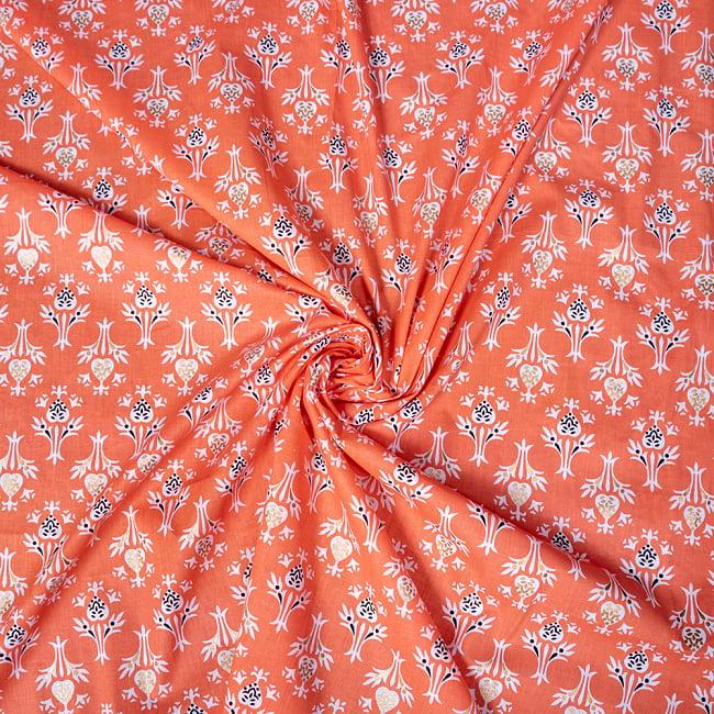 〔1m切り売り〕伝統息づく南インドから 昔ながらの更紗模様布〔約106cm〕 - サーモンオレンジ 5 - 生地の拡大写真です。とても良い風合いです。