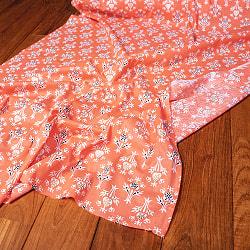 〔1m切り売り〕伝統息づく南インドから 昔ながらの更紗模様布〔約106cm〕 - サーモンオレンジの商品写真