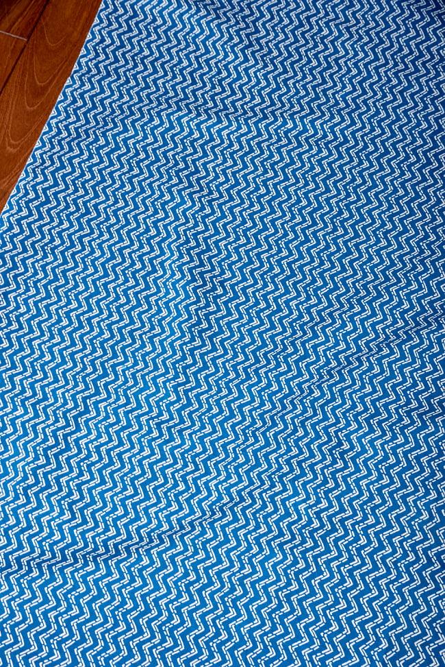 〔1m切り売り〕南インドのジグザグ模様 シェブロン・ストライプ布〔約106cm〕 - ブルー 3 - 1mの長さごとにご購入いただけます。