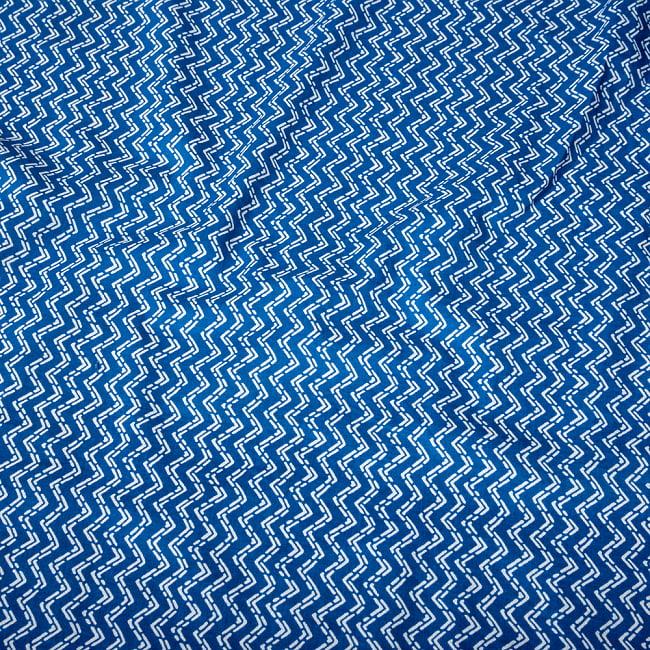 〔1m切り売り〕南インドのジグザグ模様 シェブロン・ストライプ布〔約106cm〕 - ブルー 4 - インドならではの布ですね。