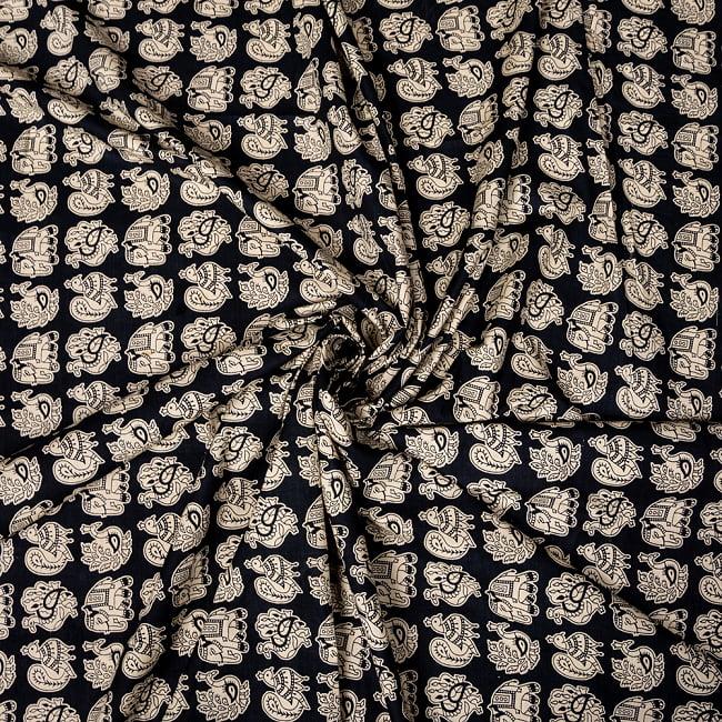 〔1m切り売り〕幸運のモチーフ インドのコミカルな象と孔雀布〔約106cm〕 - ブラック 5 - 生地の拡大写真です。とても良い風合いです。