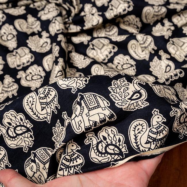 〔1m切り売り〕幸運のモチーフ インドのコミカルな象と孔雀布〔約106cm〕 - ブラック 6 - 生地を広げてみたところです。横幅もしっかりあります。注文個数に応じた長さにカットしてお送りいたします。