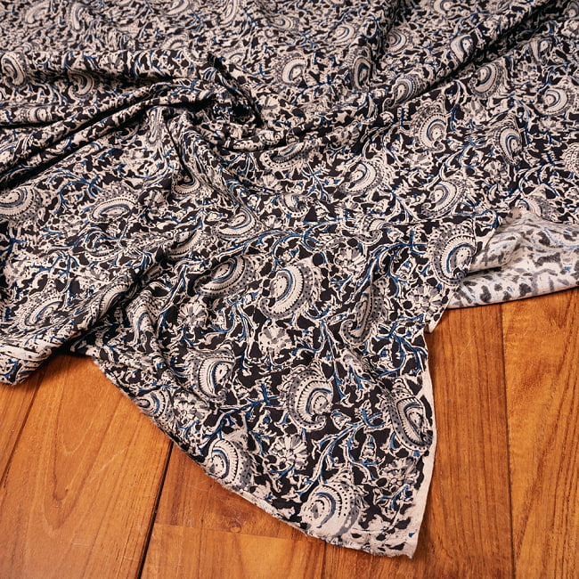〔1m切り売り〕伝統息づく南インドから 昔ながらの木版染め更紗模様布〔約106cm〕 - ブラック 5 - 生地の拡大写真です。とても良い風合いです。