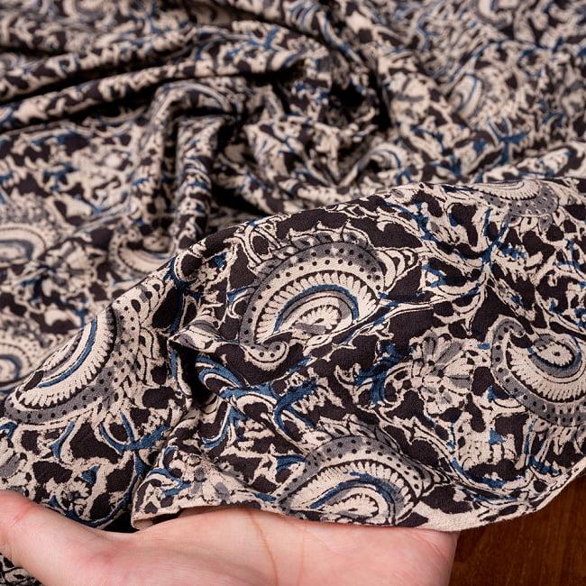 〔1m切り売り〕伝統息づく南インドから 昔ながらの木版染め更紗模様布〔約106cm〕 - ブラック 6 - 生地を広げてみたところです。横幅もしっかりあります。注文個数に応じた長さにカットしてお送りいたします。