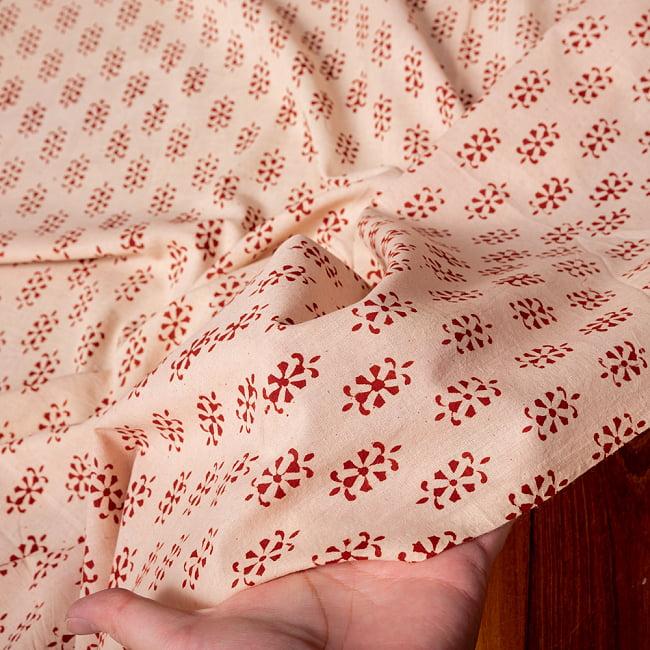 〔1m切り売り〕南インドの小花柄布〔約106cm〕 - ベージュ 6 - 生地を広げてみたところです。横幅もしっかりあります。注文個数に応じた長さにカットしてお送りいたします。