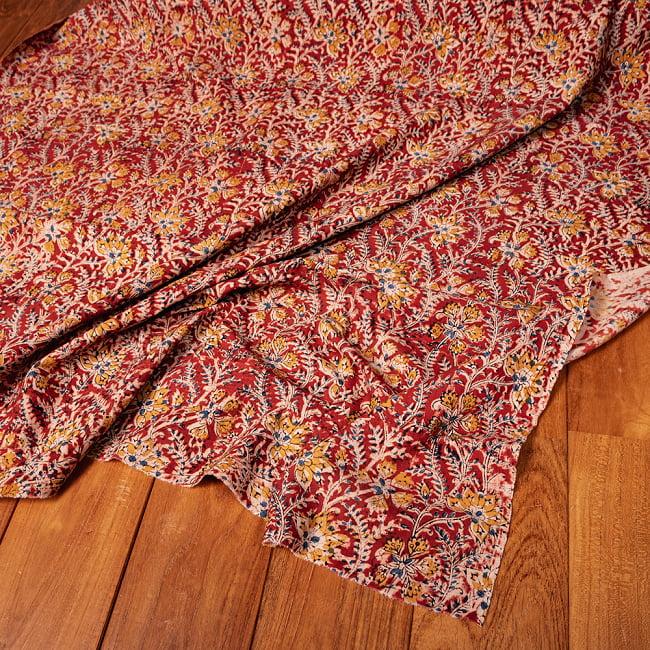 〔1m切り売り〕伝統息づく南インドから 昔ながらの木版染め更紗模様布〔約106cm〕 - レッド 5 - 生地の拡大写真です。とても良い風合いです。