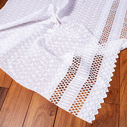 〔1m切り売り〕更紗やインドの伝統刺繍 アイレットレースのホワイトコットン布〔約106cm〕 - ホワイト