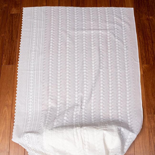 〔1m切り売り〕更紗やインドの伝統刺繍 アイレットレースのホワイトコットン布〔約106cm〕 - ホワイト 2 - とても素敵な雰囲気です