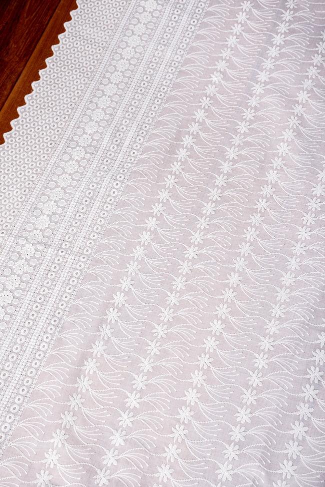〔1m切り売り〕更紗やインドの伝統刺繍 アイレットレースのホワイトコットン布〔約106cm〕 - ホワイト 3 - 1mの長さごとにご購入いただけます。