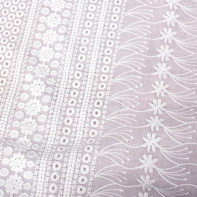 〔1m切り売り〕更紗やインドの伝統刺繍 アイレットレースのホワイトコットン布〔約106cm〕 - ホワイト 4 - インドならではの布ですね。