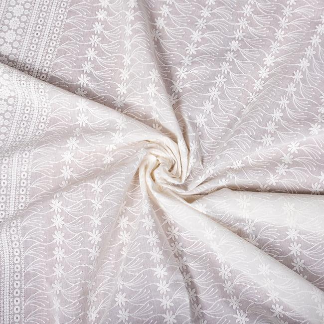 〔1m切り売り〕更紗やインドの伝統刺繍 アイレットレースのホワイトコットン布〔約106cm〕 - ホワイト 5 - 生地の拡大写真です。とても良い風合いです。