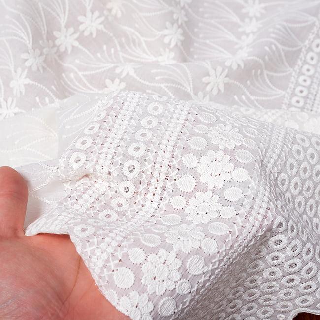 〔1m切り売り〕更紗やインドの伝統刺繍 アイレットレースのホワイトコットン布〔約106cm〕 - ホワイト 6 - 生地を広げてみたところです。横幅もしっかりあります。注文個数に応じた長さにカットしてお送りいたします。