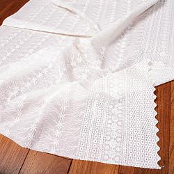 〔1m切り売り〕更紗やインドの伝統刺繍 アイレットレースのホワイトコットン布〔約106cm〕 - ホワイトの商品写真