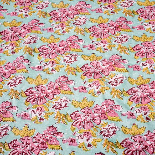〔1m切り売り〕ジャイプル職人手作り インド伝統の木版染め更紗マルチクロス 色彩豊かなボタニカルデザイン〔幅約106cm〕 4 - インドならではの布ですね。