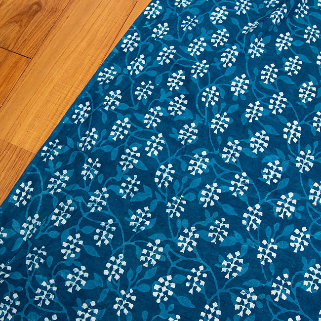 〔1m切り売り〕伝統息づく南インドから 昔ながらの木版インディゴ藍染布〔112cm〕 - 伝統ウッドブロック 2 - とても素敵な雰囲気です
