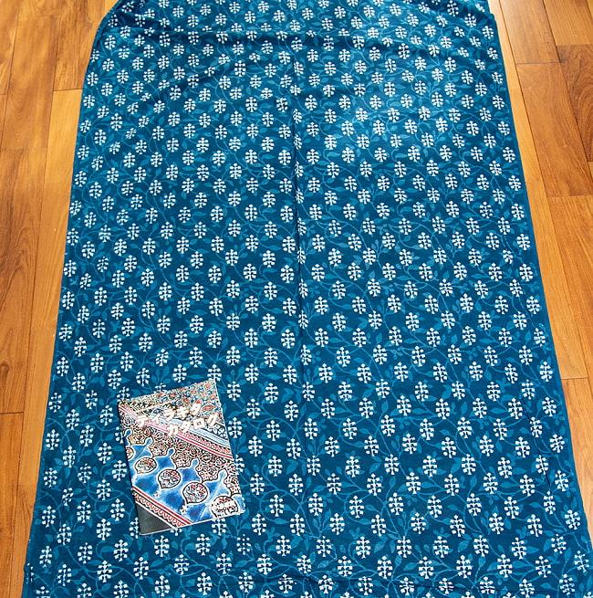 〔1m切り売り〕伝統息づく南インドから 昔ながらの木版インディゴ藍染布〔112cm〕 - 伝統ウッドブロック 4 - 横幅100cm以上ある大きな布なので、たっぷり使えます。左端にあるのはA4サイズの当店カタログです。