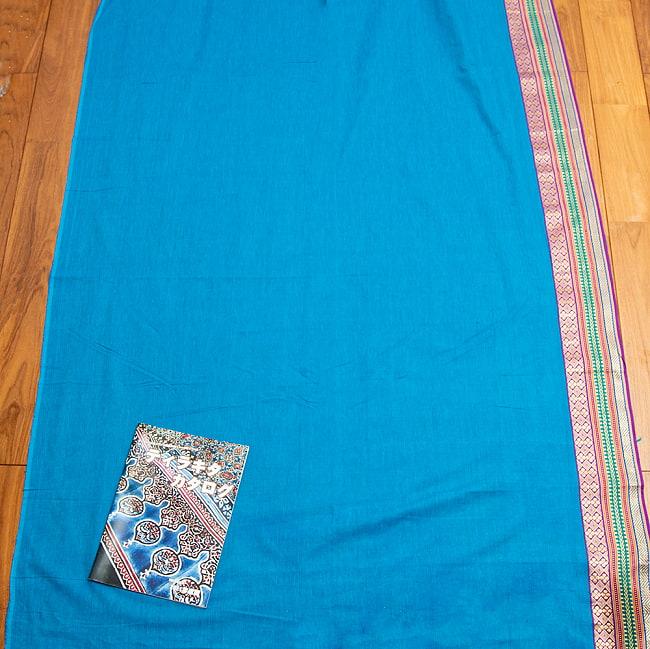 〔1m切り売り〕南インドのハーフボーダーコットンクロス〔幅約110cm〕 - 水色 5 - 広げてみました。A4サイズの冊子との比較写真になります。