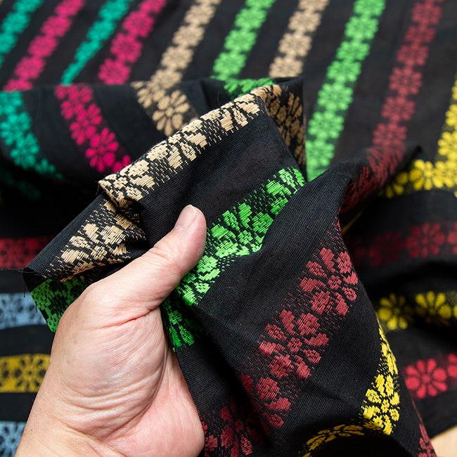 〔1m切り売り〕インドのお花刺繍シンプルコットン布〔幅約112cm〕 - ブラック系 5 - 生地の拡大写真です。とても良い風合いです。