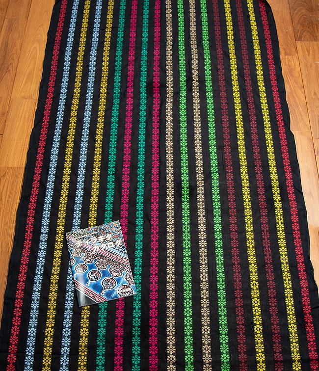 〔1m切り売り〕インドのお花刺繍シンプルコットン布〔幅約112cm〕 - ブラック系 6 - 生地を広げてみたところです。横幅もしっかりあります。注文個数に応じた長さにカットしてお送りいたします。