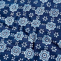 〔1m切り売り〕伝統息づく南インドから 昔ながらの木版インディゴ藍染布 - 花火〔幅約111.5cm〕