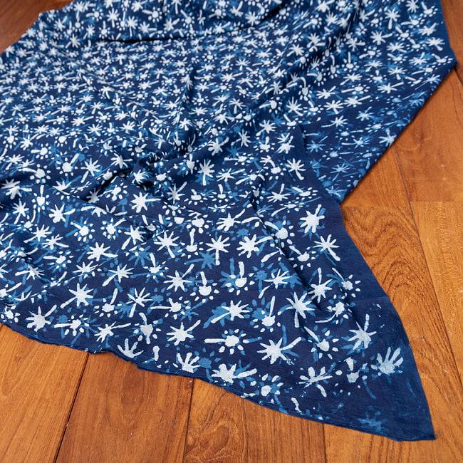 〔1m切り売り〕伝統息づく南インドから 昔ながらの木版インディゴ藍染布 - 更紗模様〔幅約113cm〕 5 - 縁部分の写真です。雰囲気ある、このムラはハンドメイドにしか出せません。