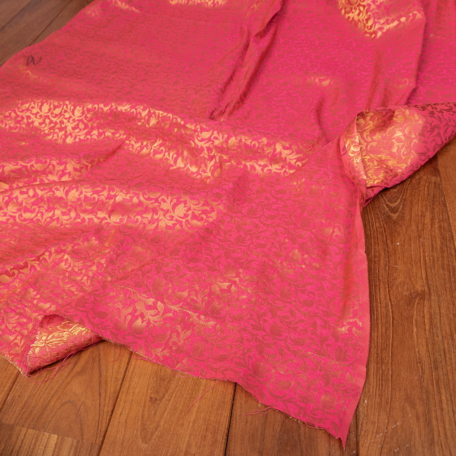 〔1m切り売り〕〔各色あり〕インドの伝統模様布 光沢感のある更紗模様〔幅約108.5cm〕 5 - 陰影があるとこのような感じになります