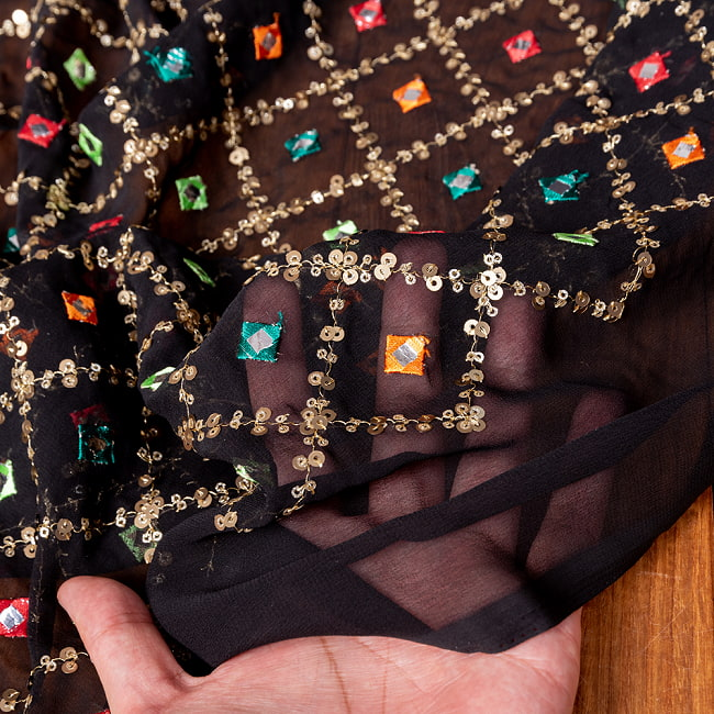 〔1m切り売り〕〔各色あり〕スパンコール格子模様のメッシュ シースルー生地布〔幅約110.5cm〕 6 - 生地の拡大写真です