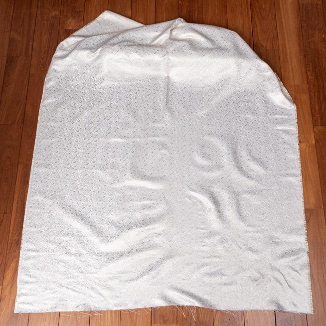 〔1m切り売り〕インドの伝統模様布 光沢感のあるホワイト系生地〔幅約116cm〕 2 - 全体を広げてみたところです。1mの長さごとにご購入いただけます。