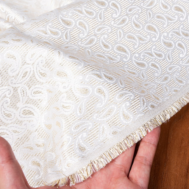 〔1m切り売り〕インドの伝統模様布 光沢感のあるホワイト系生地〔幅約116cm〕 6 - 生地の拡大写真です