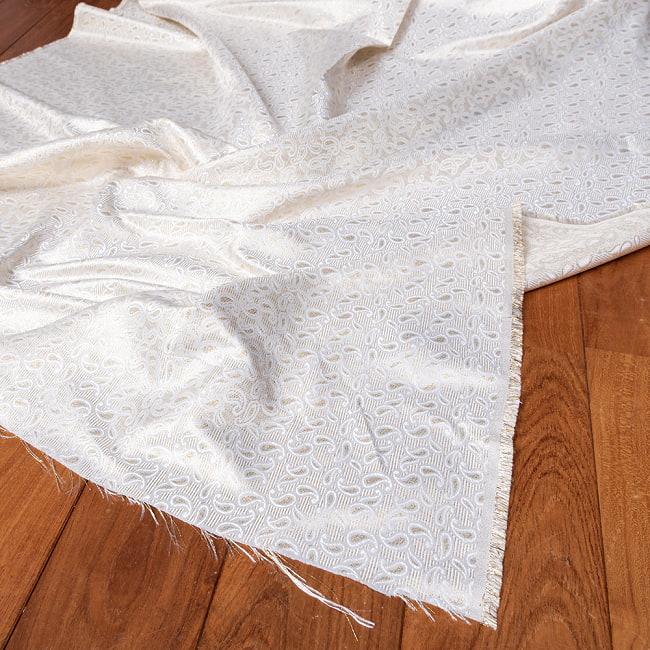 〔1m切り売り〕インドの伝統模様布 光沢感のあるホワイト系生地〔幅約116cm〕の写真