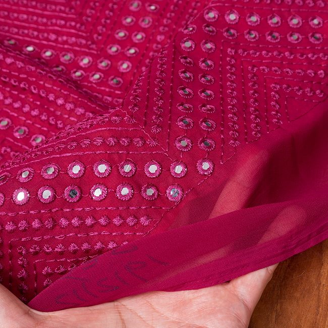 〔1m切り売り〕〔各色あり〕インドの伝統模様布 ミラーワーク系ファブリック〔幅約110cm〕 6 - 生地の拡大写真です