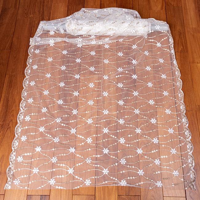 〔1m切り売り〕スパンコール装飾のホワイト系メッシュ シースルー生地布 更紗模様〔幅約104.5cm〕 2 - 全体を広げてみたところです。1mの長さごとにご購入いただけます。