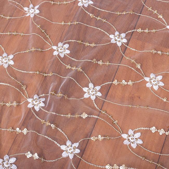 〔1m切り売り〕スパンコール装飾のホワイト系メッシュ シースルー生地布 更紗模様〔幅約104.5cm〕 4 - 生地の拡大写真です