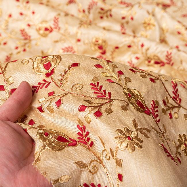 〔1m切り売り〕インドの伝統ザルドジ刺繍スタイルの更紗模様布〔108cm〕 6 - 生地の拡大写真です