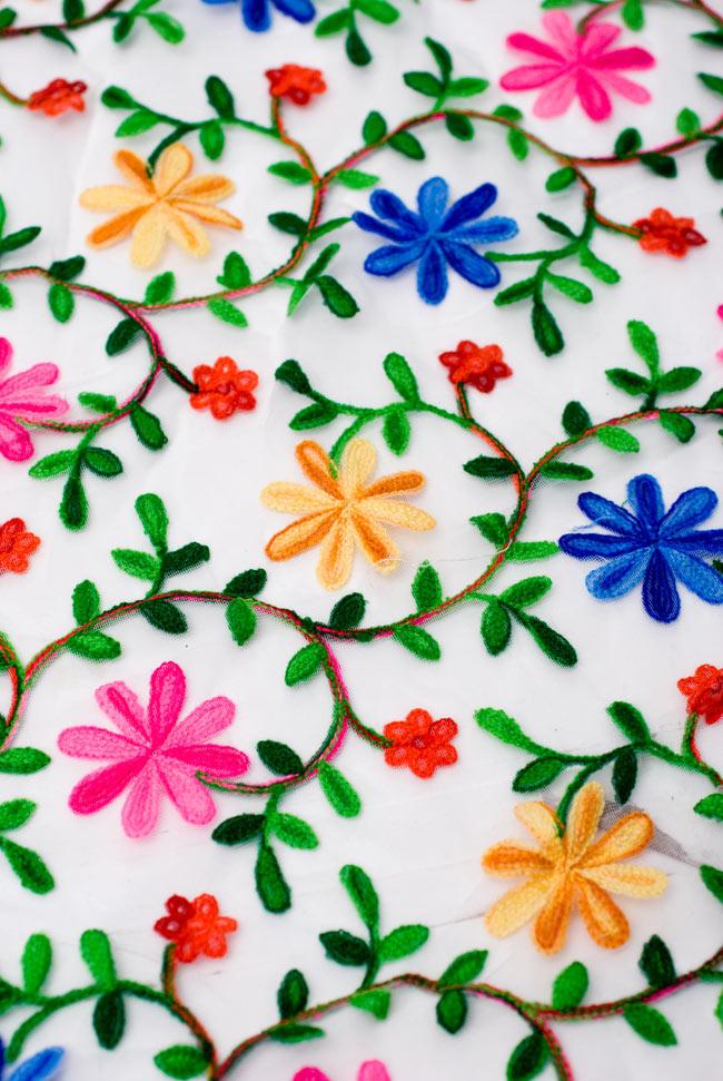 〔50cm切り売り〕花とつる草のレース生地 - 白〔幅約115cm〕の写真2 - 透け感のあるレース生地に花とつる草が繰り広がる、素敵な布です。