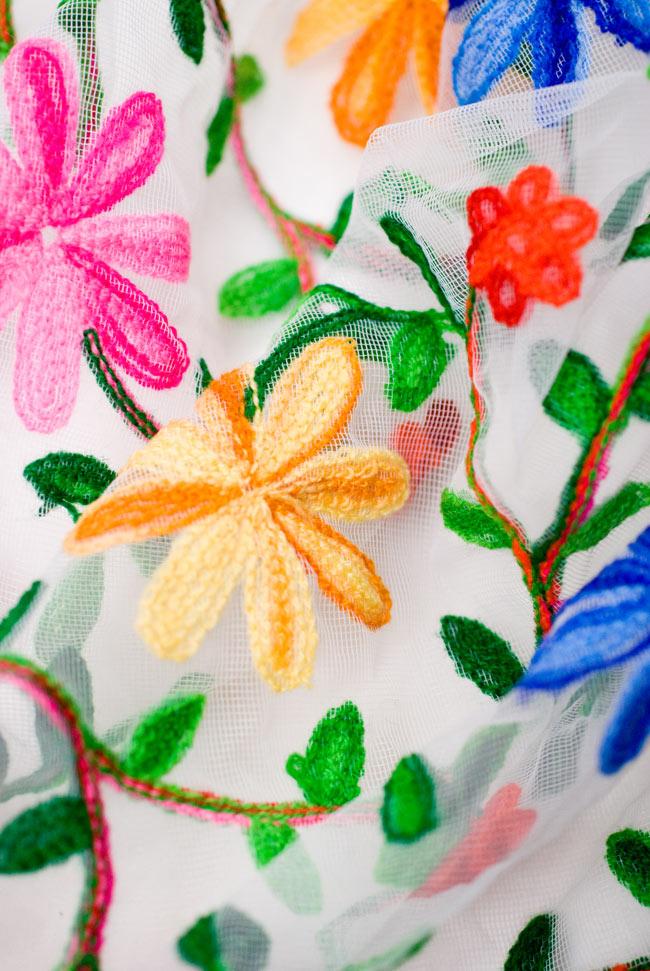 〔50cm切り売り〕花とつる草のレース生地 - 白〔幅約115cm〕の写真4 - 布をくしゅくしゅっとしてみました。春めいた雰囲気があり可愛いですね。