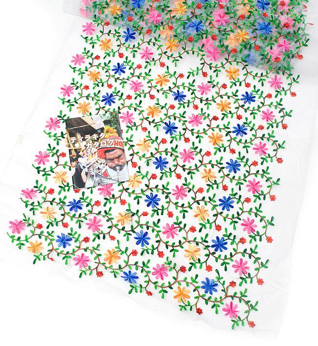 〔50cm切り売り〕花とつる草のレース生地 - 白〔幅約115cm〕の写真