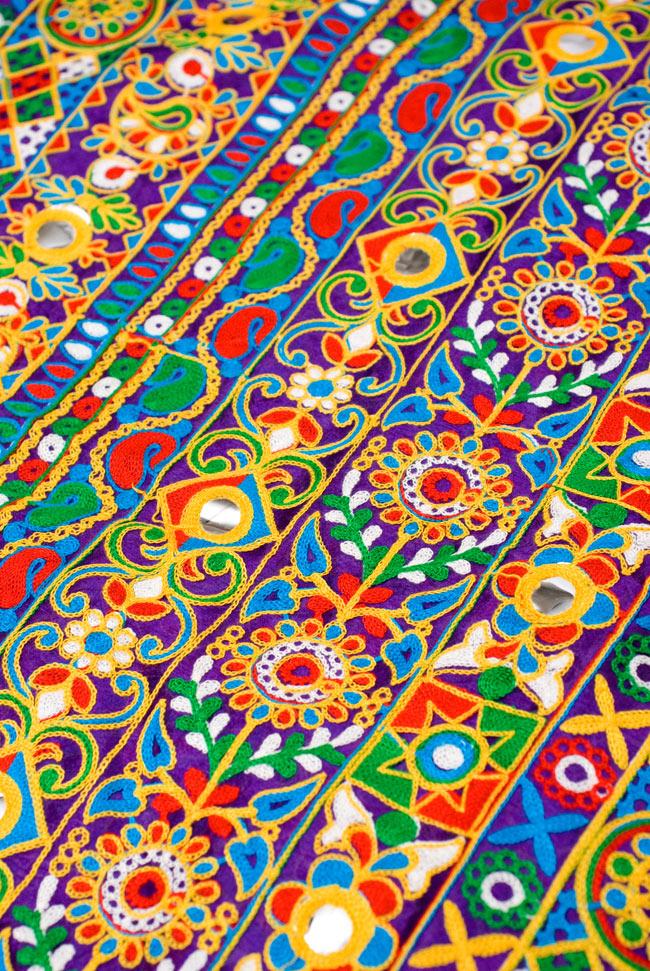 〔50cm切り売り〕ラジャスタンの刺繍布 - 紫〔幅約114cm〕の写真2 - 斜めから撮影してみました。細やかな刺繍が張り巡らされています