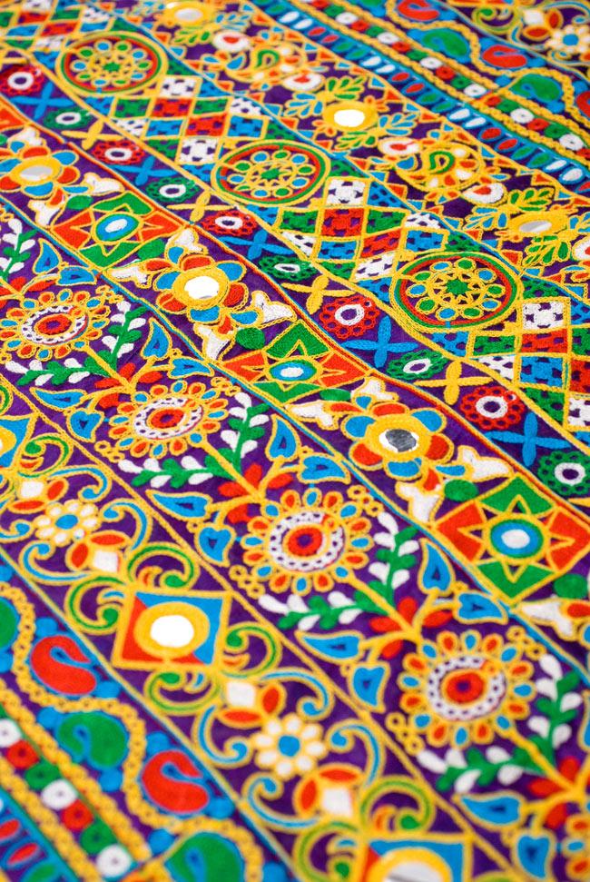 〔50cm切り売り〕ラジャスタンの刺繍布 - 紫〔幅約114cm〕の写真4 - 別の箇所を見てみました。