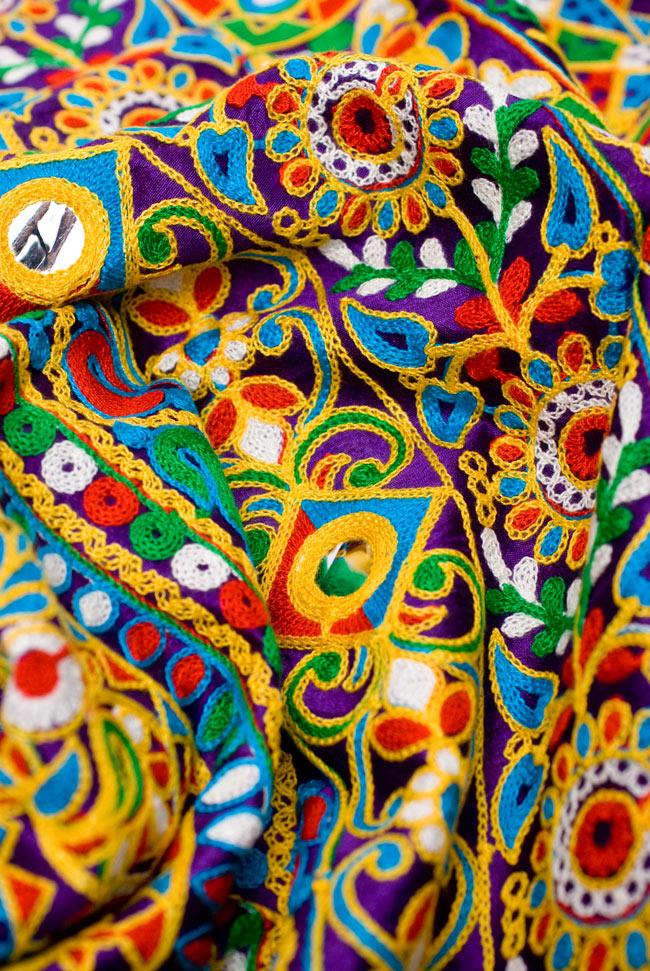 〔50cm切り売り〕ラジャスタンの刺繍布 - 紫〔幅約114cm〕の写真7 - 眺めているだけでうっとりする、可愛くてカラフルな刺繍布です。