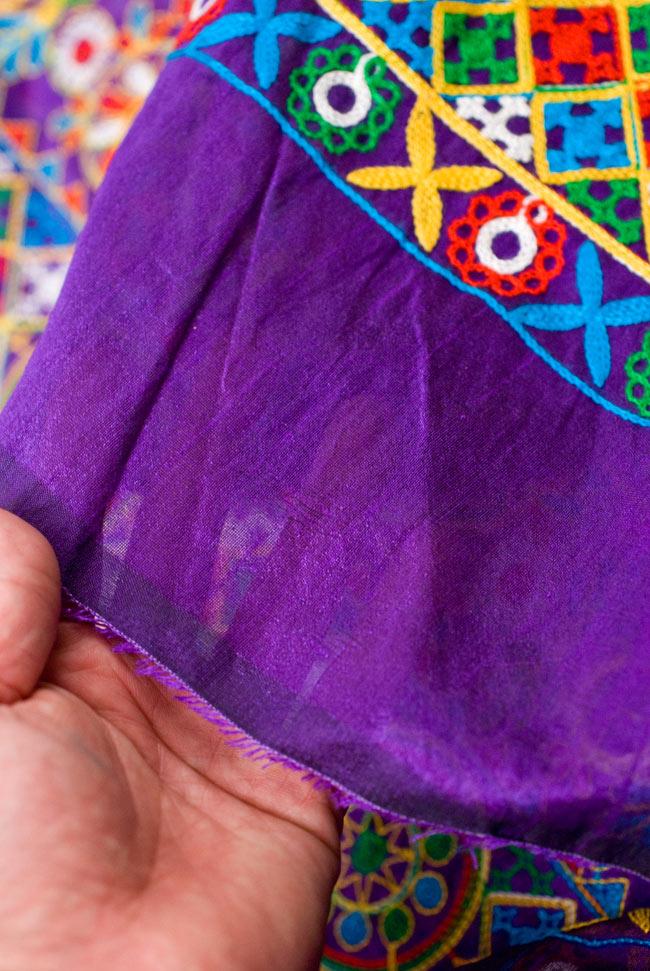 〔50cm切り売り〕ラジャスタンの刺繍布 - 紫〔幅約114cm〕の写真9 - 端の部分を手で持ってみました。適度な薄手の生地に刺繍が施されています。