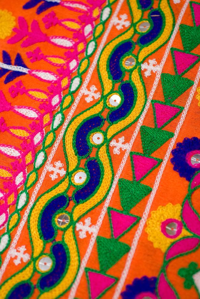 〔50cm切り売り〕ラジャスタンの刺繍布 - オレンジ〔幅110cm〕の写真3 - 生地の拡大です。